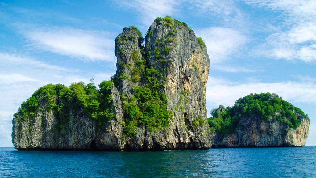 bida Nok Phi Phi, things to do phi phi, mosquito island, mosquito island thailand, mosquito island phi phi, mosquito island closed, mosquito island phuket, maya bay phi phi, private boat tour phi phi